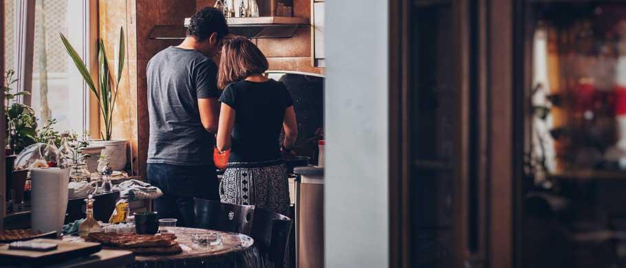 Paar beim gemeinsamen Kochen - Marktforschung im häuslichen Umfeld, In-Home-Interview, Alltagsforschung
