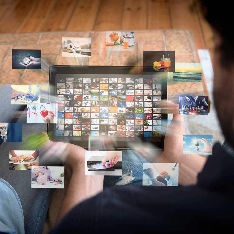 Tablet das eine Mediathek / Video on Demand anzeigt als Motiv zu einer Marktforschungsstudie