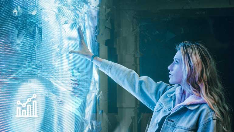 Frau vor einem großen Display (Symbolfoto phaydon Marktforschung Lösungen)