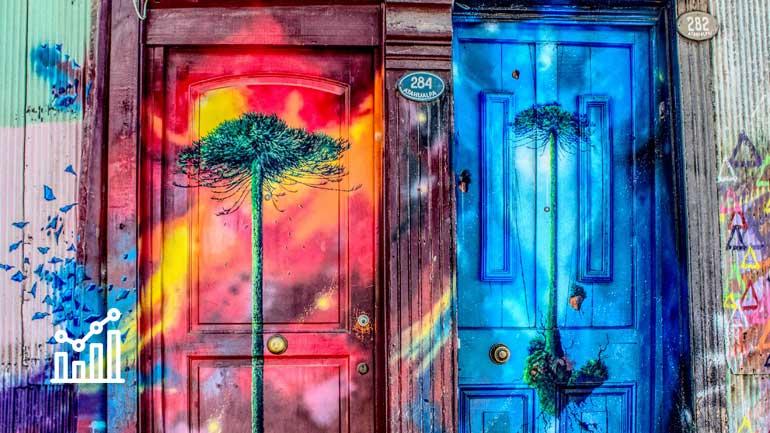 Leuchtend bunt gestaltete Türen (Symbolfoto phaydon Marktforschung Lösungen)