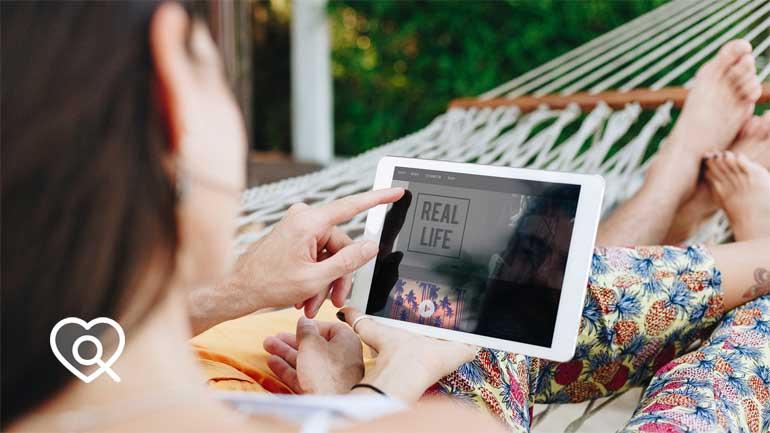 Frau mit Tablet in Hängematte (Symbolfoto phaydon Marktforschung Lösungen)