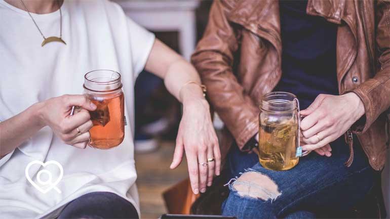 Zwei Menschen trinken Tee (Symbolfoto phaydon Marktforschung Lösungen)