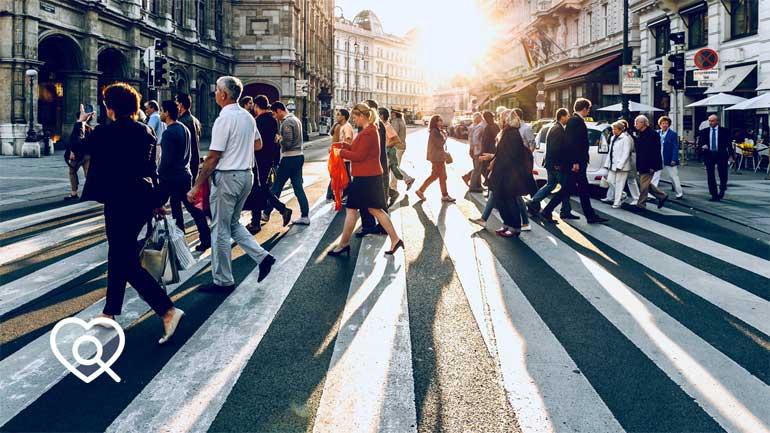 Fußgänger überqueren einen Zebrastreifen (Symbolfoto phaydon Marktforschung Lösungen)
