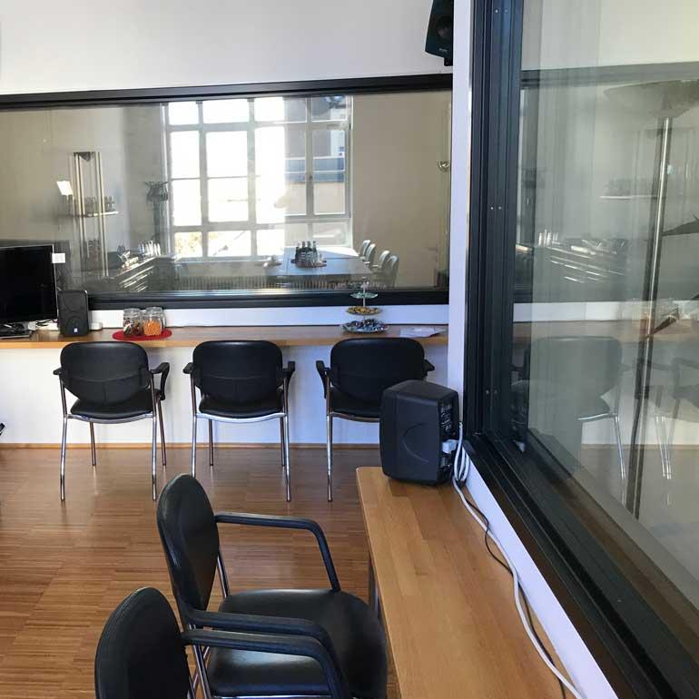 Teststudio-Beobachtungsraum mit zwei Einwegspiegeln - phaydon Marktforschung Köln
